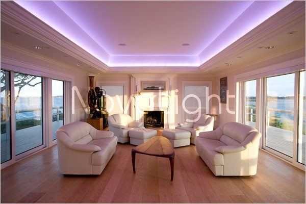 Estancia iluminada con tira led color blanco
