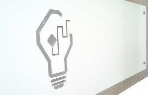 Recepción de las oficinas NovaLight con el logo de la empresa
